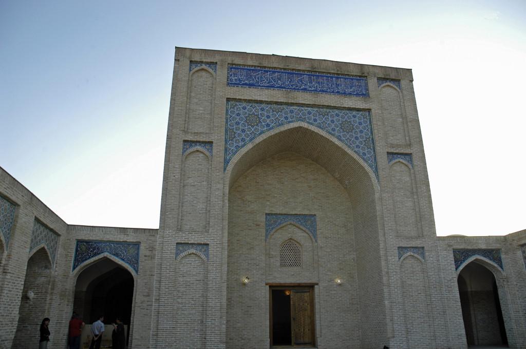 Entrée de la salle de prière désaffectée de l'ancienne mosquée (XVIème s ap J.C.) transformée en Musée d'Histoire de Karshi (photo : C.Ollagnier, 2008)