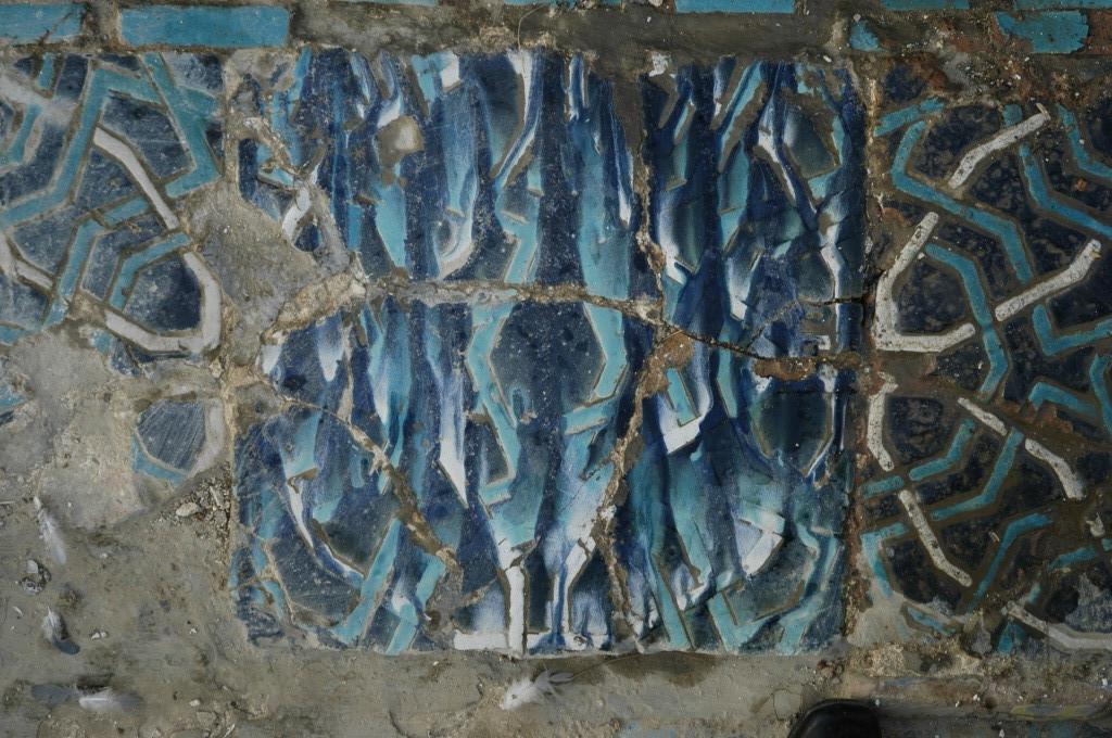 """""""Raté de cuisson"""". La température atteinte durant la cuisson ayant été trop élevée, les glaçures colorées ont coulées sur le carreau posé à la verticale dans le four  (ph : M.Schvoerer, 2008)"""