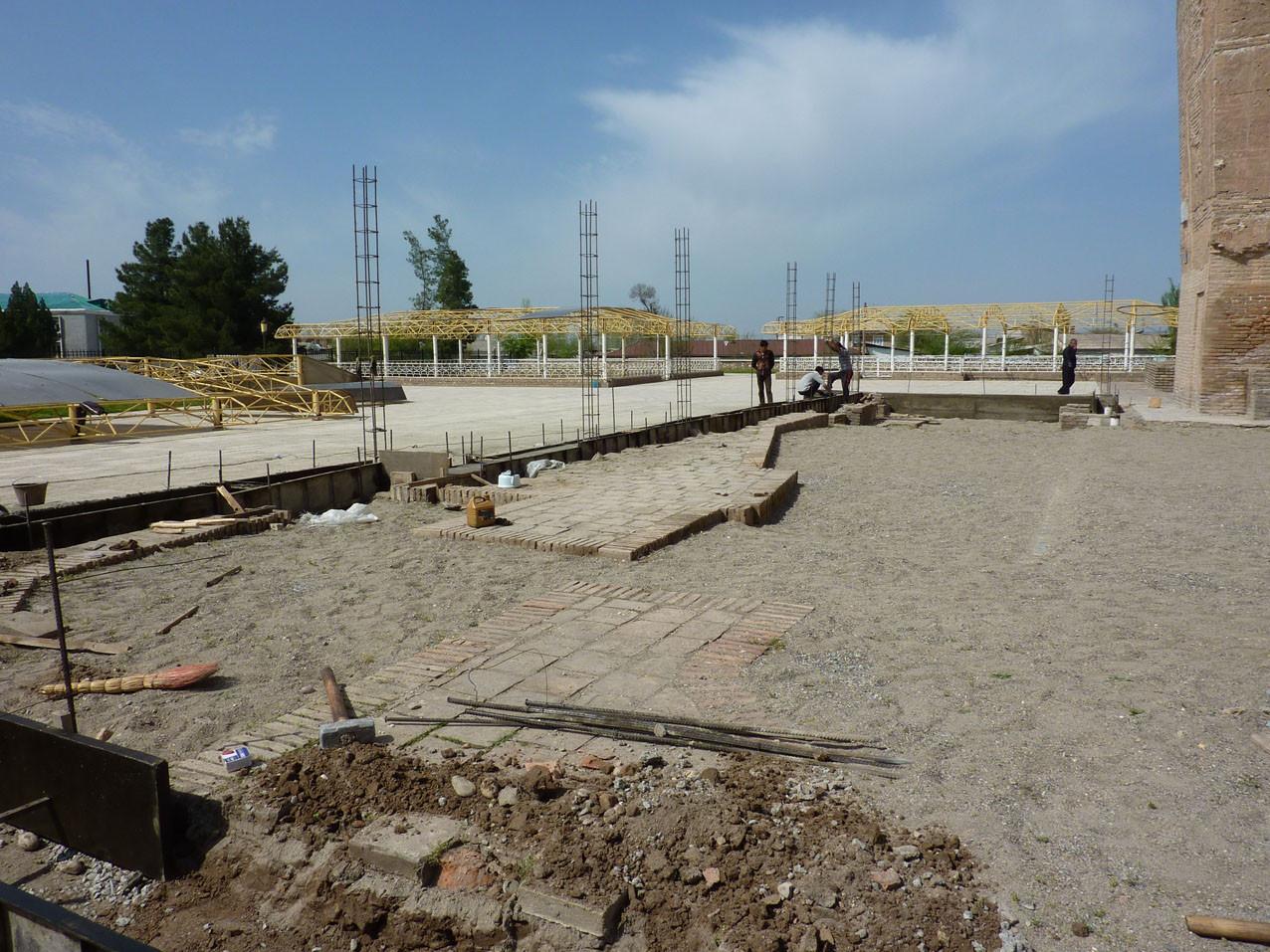 Début des travaux du bâtiment. Les fondations sont réalisées petit à petit (Socra, 2012)