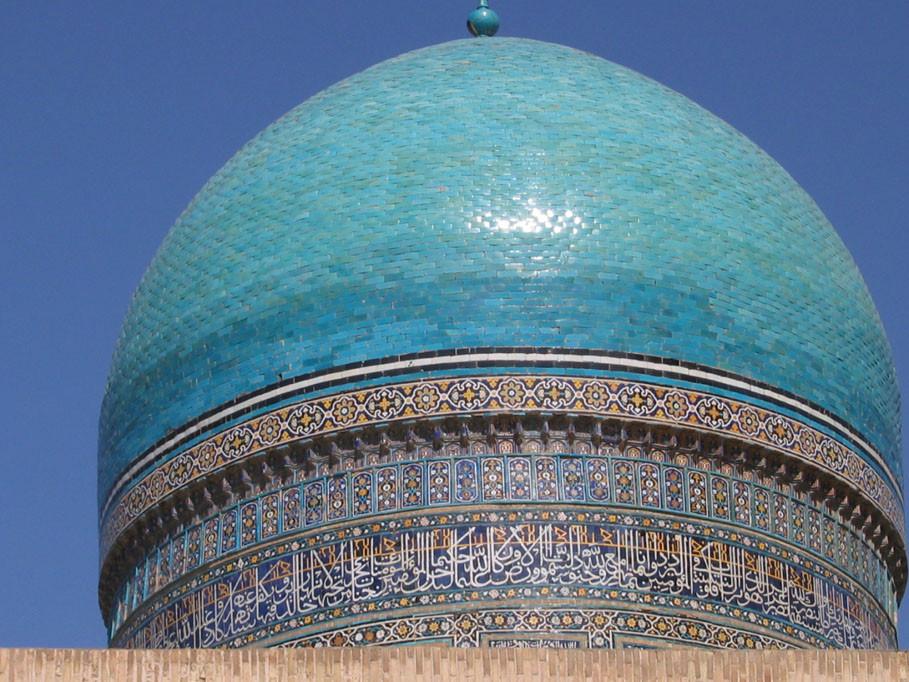 L'un des dômes couvert de céramique glaçurée de la medersa Mir-i arab (photo : C.Ollagnier, 2007)