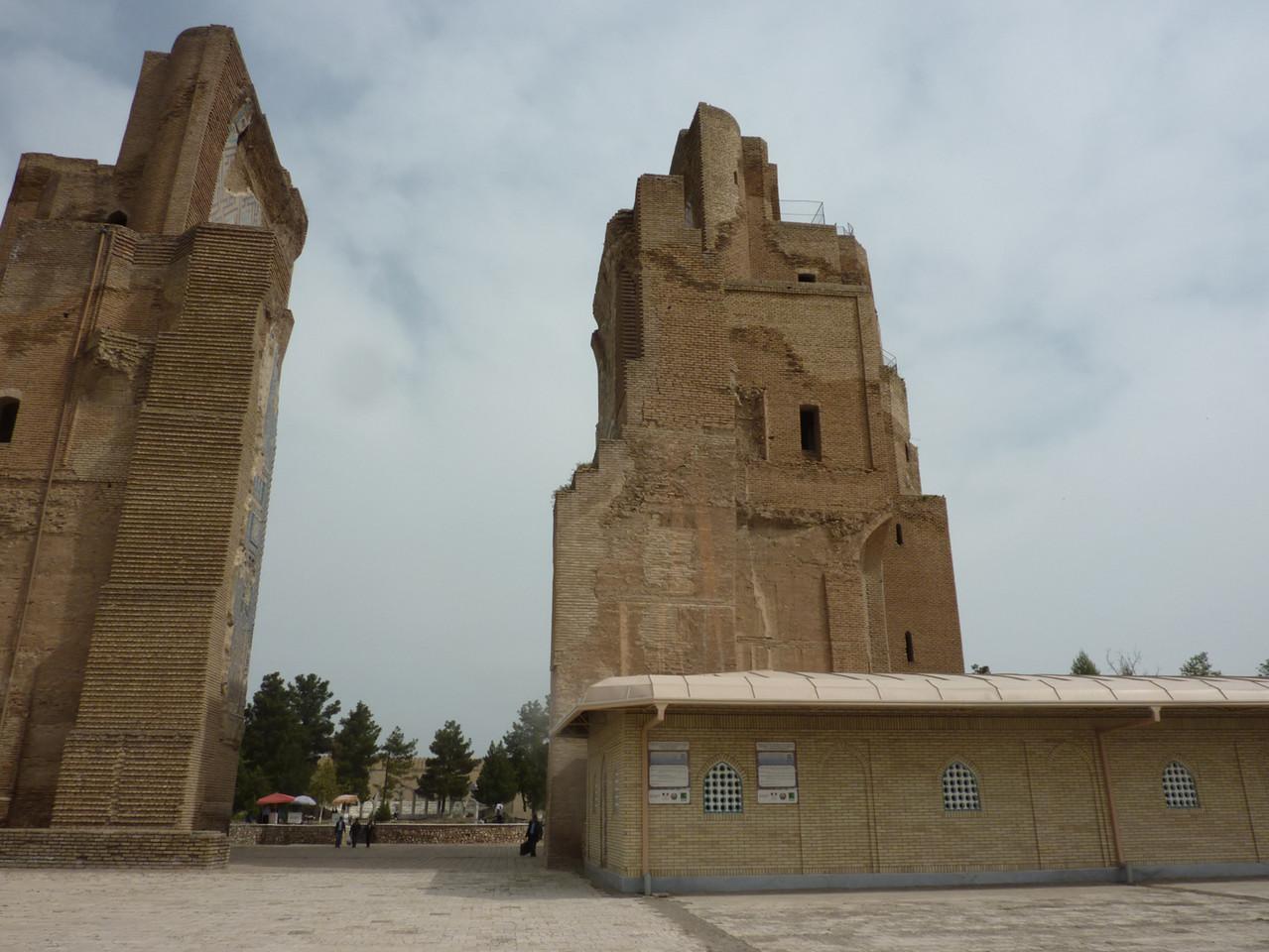 Vue de l'Ak Saray et du bâtiment depuis la grille du jardin (Socra, 2013).
