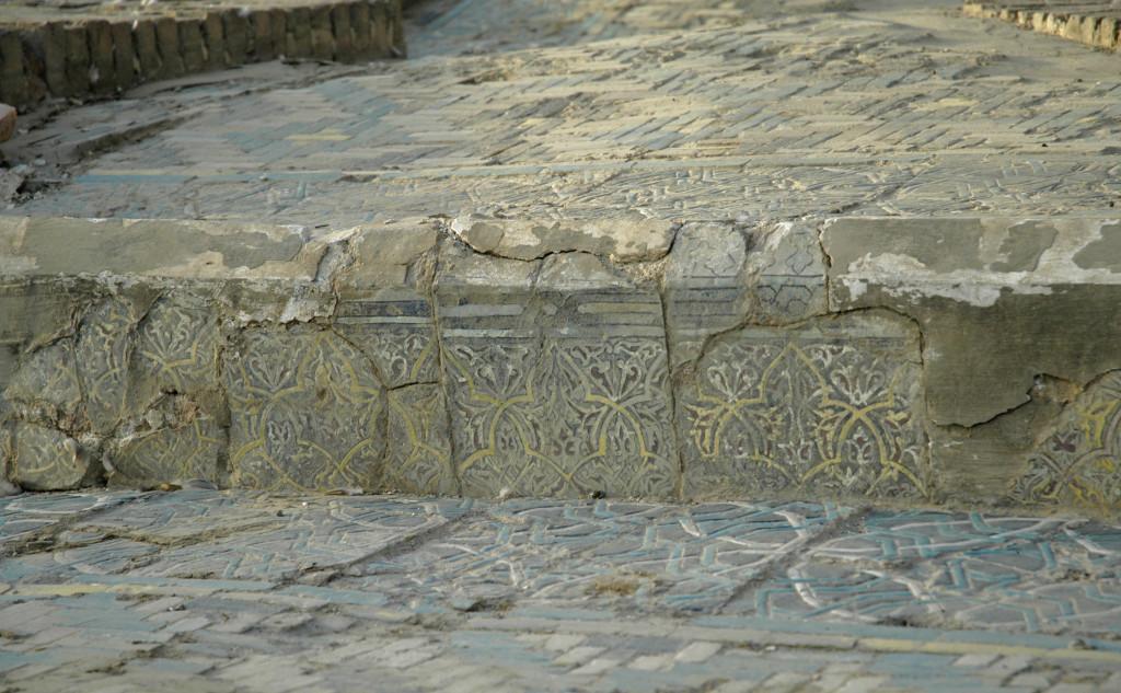 Les pavements ornés de carreaux de céramique glaçurée à décor polychrome, se répartissent sur plusieurs niveaux, formant par endroits des bassins (photo : C.Ollagnier, 2008)
