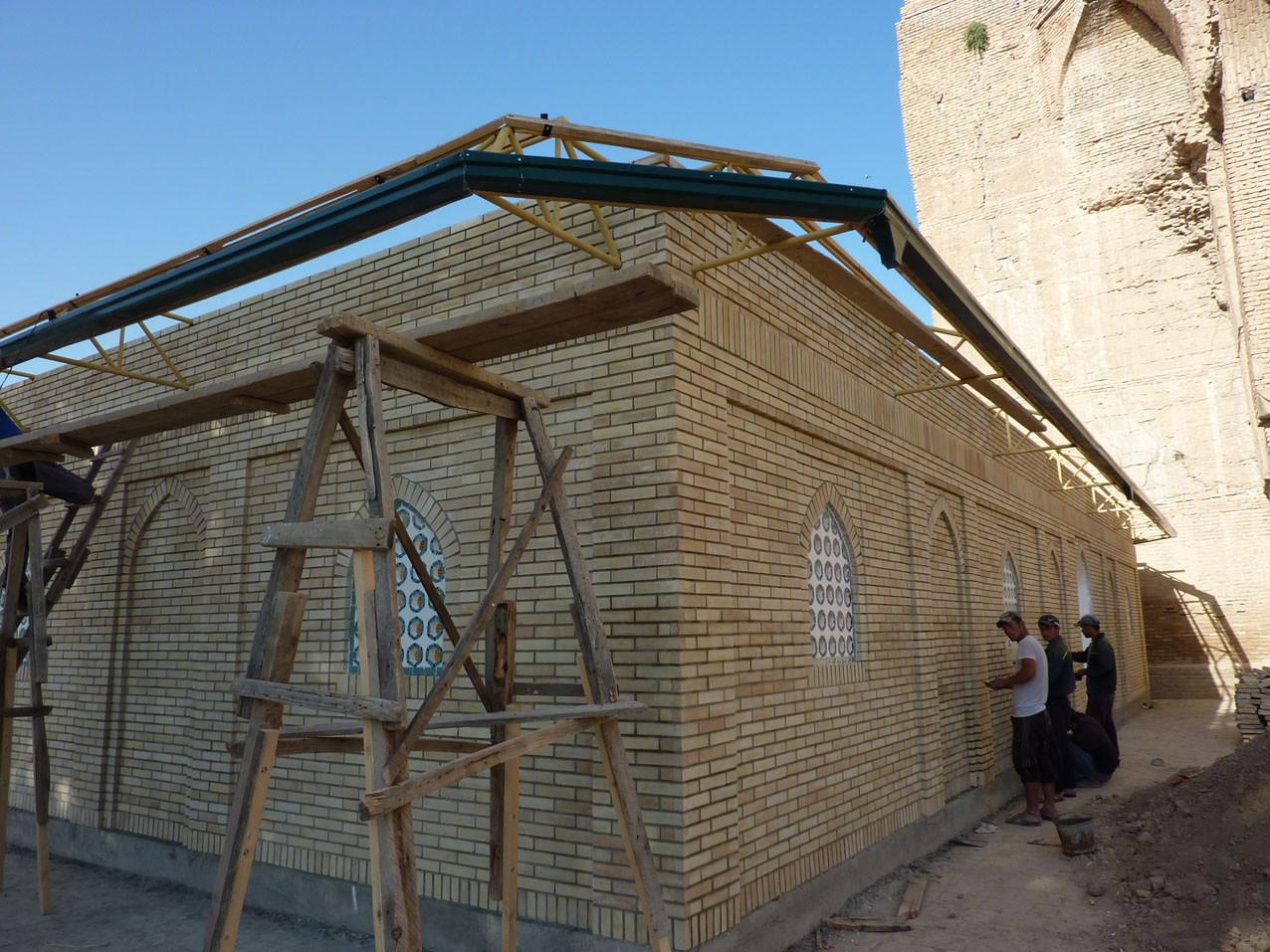 Montage des gouttières et du toit (Socra, 2012)