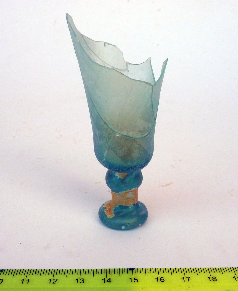 Fragment de verre à pied trouvé dans la 1ère tranchée (Socra, 2012)