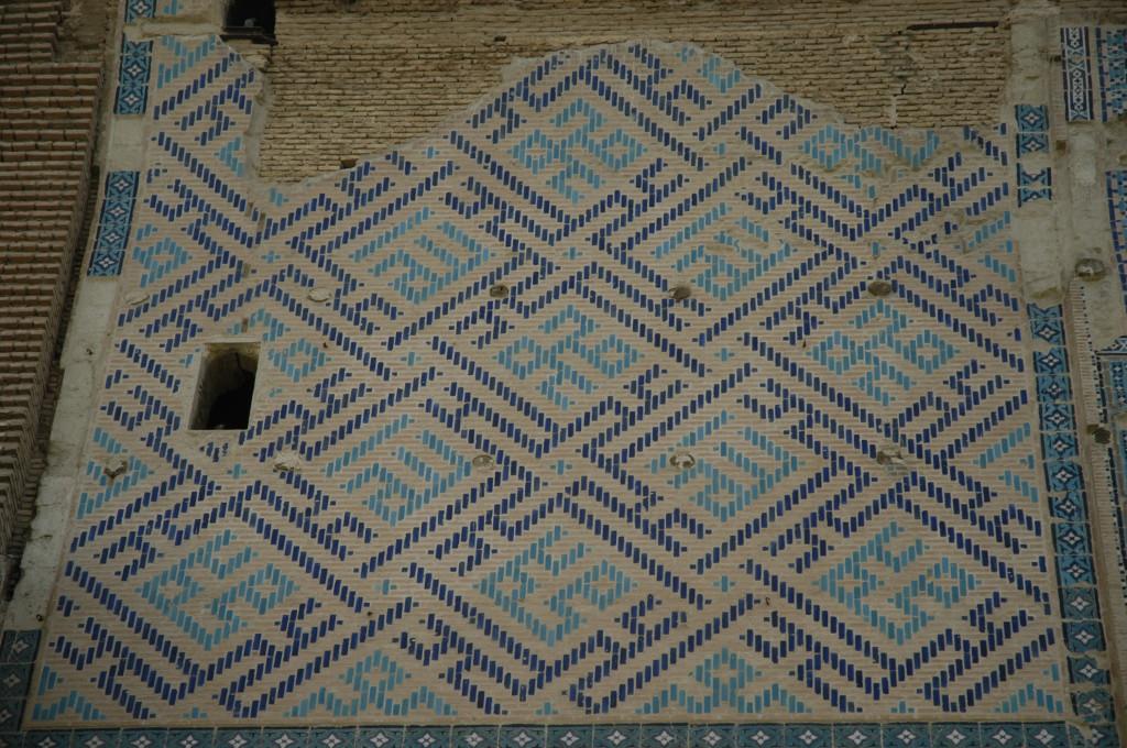 Détail de la décoration sous le départ d'arc du pylône Ouest (Shahrisabz, Fin XIII-début XIVème s ap J.C.) (photo : M.Schvoerer, 2008)