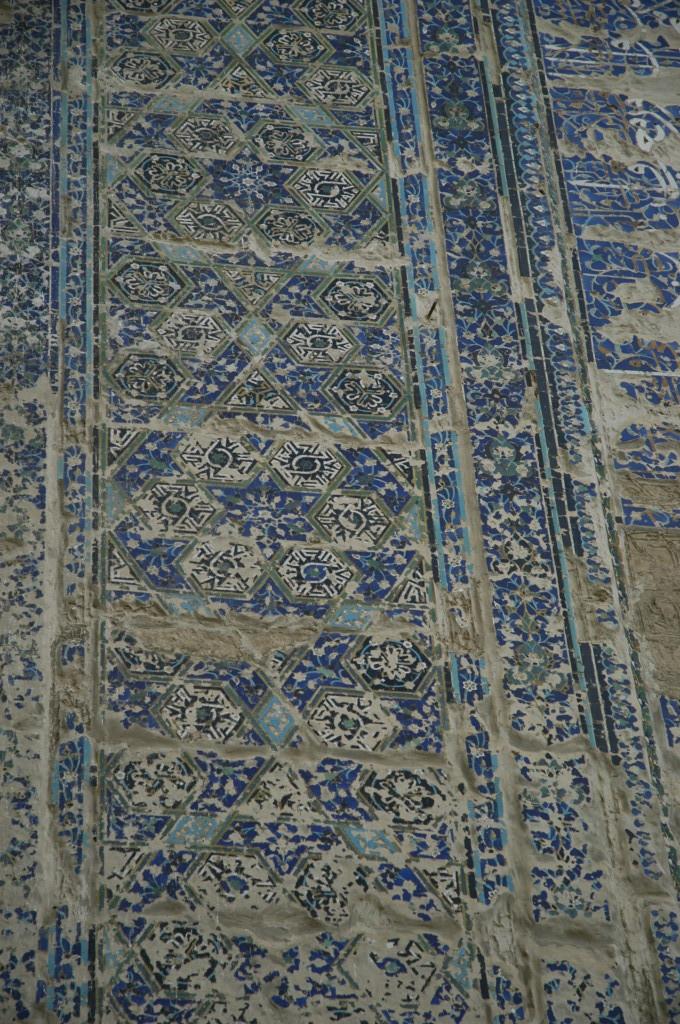 Décoration des flancs de l'iwan est (Shahrisabz, Fin XIII-début XIVème s ap J.C.) (photo : M.Schvoerer, 2008)