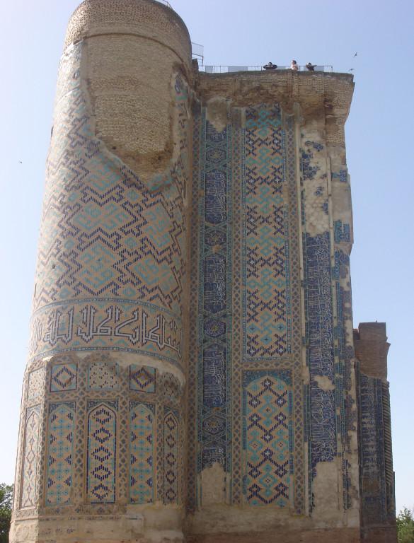 Pylône Est de la face nord du portail de l'Ak Saray comportant encore son parement de carreaux de céramique glaçurée (Shahrisabz, Fin XIII-début XIVème s ap J.C.) (photo : A.Billard, 2008)