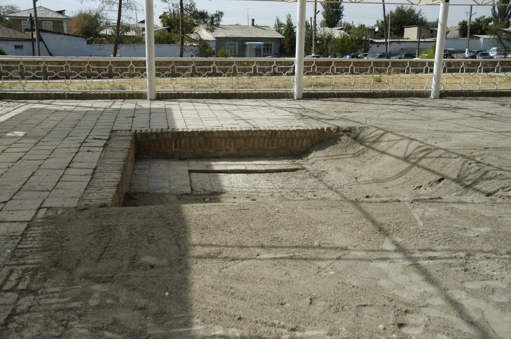 Recouvrement des pavements/bassins par une épaisse couche de sable (10 cm environ) pour résister aux intempéries hivernales (photo : C.Ollagnier, 2008)