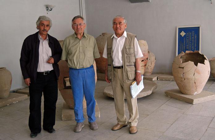 Le directeur de l'Institut, Pr Max Schvoerer et Pr A.Anarbaev dans le hall de l'Institut (photo : C.Ollagnier, 2007)
