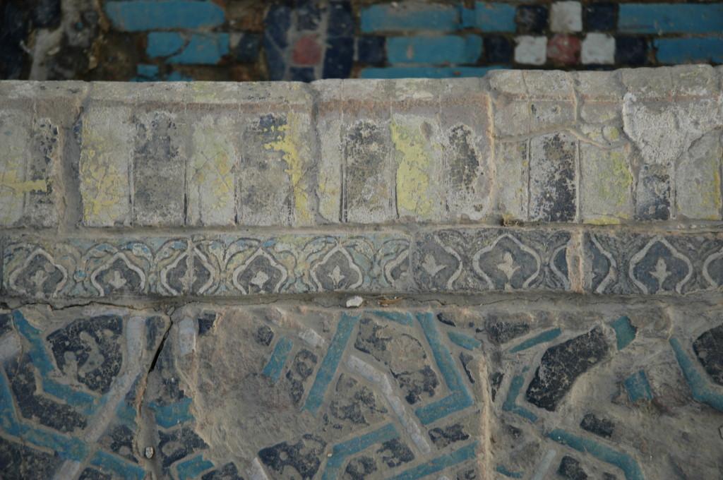 Carreaux de céramique glaçurée polychrome (bleu clair et foncé, blanc, noir, jaune, peut être rouge) formant les angles droits des bassins. (photo : C.Ollagnier, 2008)