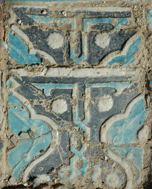 Détail du carreau à décor polychrome bleu (clair et foncé) et blanc. Les reliefs participent au décor en délimitant des zones de couleur et des motifs (photo : M.Schvoerer, 2008)
