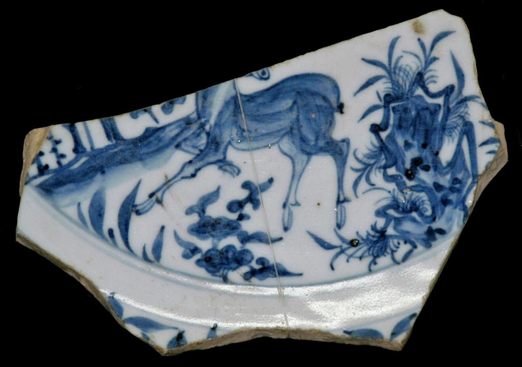 Fragment de porcelaine chinoise à décor bleu, mis au jour à Samarcande (XIV-XVème s ap J.C.), conservé au Musée d'Archéologie et des Beaux Arts de Samarcande (photo : C.Ollagnier, 2008)