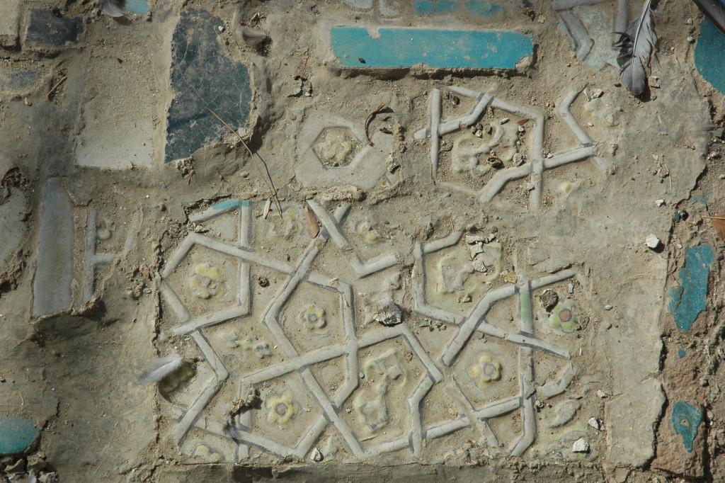 Fragments de carreaux de céramique glaçurée à décor polychrome en relief, qui ne semblent pas à leur place au milieu de carreaux polychromes bleus et blancs (photo : M.Schvoerer, 2008)