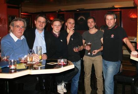 Szene-Gastronom Hannes Schmitz (l.) und die FDP-Politiker Ralf Witzel, Andreas Hellmann und Martin Weber (r.) im Gespräch mit rauchenden Bargästen.