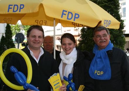 FDP-Parteivorsitzender Ralf Witzel MdL zusammen mit der Kettwiger Spitzenkandidatin für den Rat der Stadt Essen Vivian Kühner und dem Kettwiger Spitzenkandidaten für die Bezirksvertretung IX Gerd Kolbecher beim Frühlingsfest.