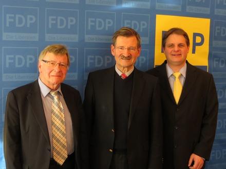 Festredner Solms wird empfangen von Ralf Witzel (rechts) und Klaus Budde (links).