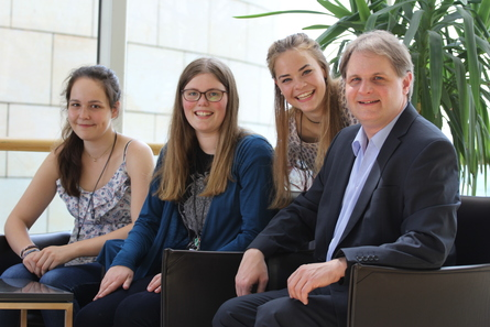 Carlotta Raderschatt, Lena Hellermann und Theresa Ahrens bekommen von Ralf Witzel MdL die Parlamentsabläufe erklärt.