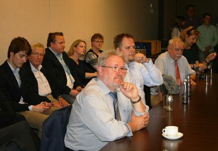 Kommunalwahlspitzenkandidat Hans-Peter Schöneweiß (Bildmitte) und Europakandidat Hagen Schulz-Thomale (rechts) beobachten die Trends.