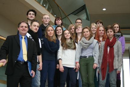 Witzel stellt den Realschülern den Parlamentsbetrieb vor.