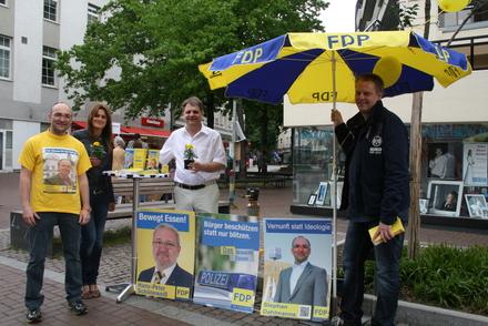 Der Borbecker BV-Spitzenkandidat Stephan Dahlmanns mit Vesna Schöneweiß, Ralf Witzel MdL und Markus Robusch in der Fußgängerzone.