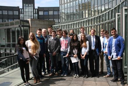 Oberstufenschüler des Kettwiger Theodor-Heuss-Gymnasiums haben unter Begleitung von Ralf Witzel MdL den Landtag unter die Lupe genommen.