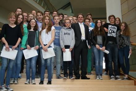 Ralf Witzel MdL führt die Schüler durchs Parlamentsgebäude.