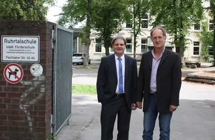 Ralf Witzel MdL beim Rundgang mit Schulleiter Ludger Dornebeck.
