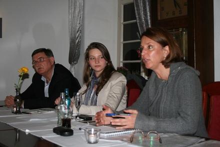 Ortsvorsitzender Gerd Kolbecher und die stellvertretende Parteivorsitzende Vivian Kühner debattieren mit Yvonne Gebauer MdL (v.l.n.r.)