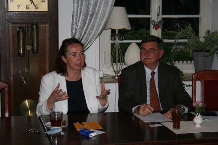 Angela Freimuth MdL referiert unter Moderation des Kettwiger Ortsvorsitzenden Gerd Kolbecher.