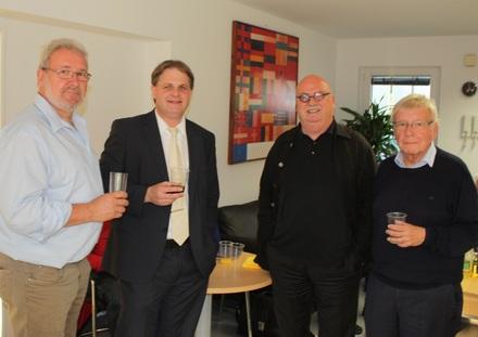 Fraktionschef Hans-Peter Schöneweiß, Parteivorsitzender Ralf Witzel MdL und Klaus Budde stoßen mit OB-Kandidat Christian Stratmann (2.v.l.) auf dessen respektables Wahlergebnis an.