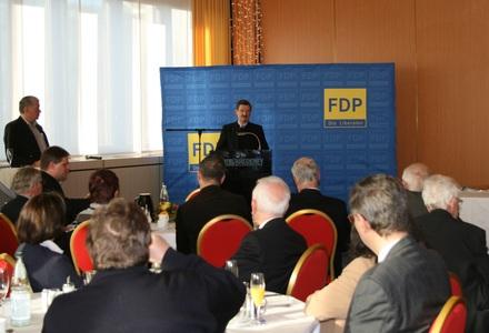 Bundestagsvizepräsident Solms bei seiner Ansprache vor dem Publikum.