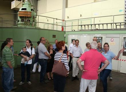 Die FDP-Delegation erkundet den Maschinenraum.
