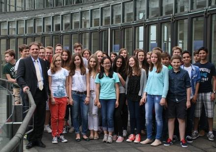 Ralf Witzel MdL (links) empfängt die Schulklasse auf dem Landtagsbalkon.