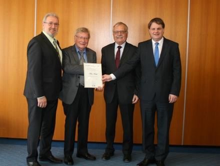 Hans-Peter Schöneweiß, Jochen Dürrmann und Ralf Witzel MdL ehren Klaus Budde (2.v.l.).