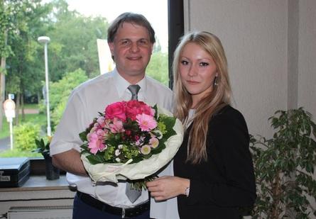 Parteivorsitzender Ralf Witzel MdL dankt Daryl Günther bei ihrer Verabschiedung für ihren Einsatz.