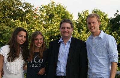 Naomi Baba, Luise Kixmöller und Leonard Meyer-Schwickerath (v.l.n.r.) freuen sich auf das Politikpraktikum bei ihrem Abgeordneten Ralf Witzel (Bildmitte).