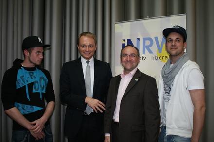 """Spitzenkandidat Christian Lindner dankt den Musikern """"Age OT"""" (links) und """"Jalce"""" (rechts) für ihren Freiheitsrap."""
