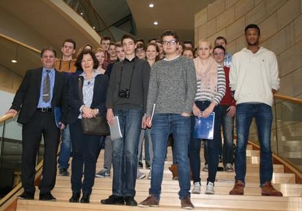 Ralf Witzel MdL begrüßt die Essener Schülergruppe.