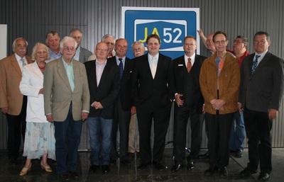 Dirk Grünewald und Dr. Gerald Püchel begrüßen die FDP-Funktionsträger zum Wirtschaftsdialog.