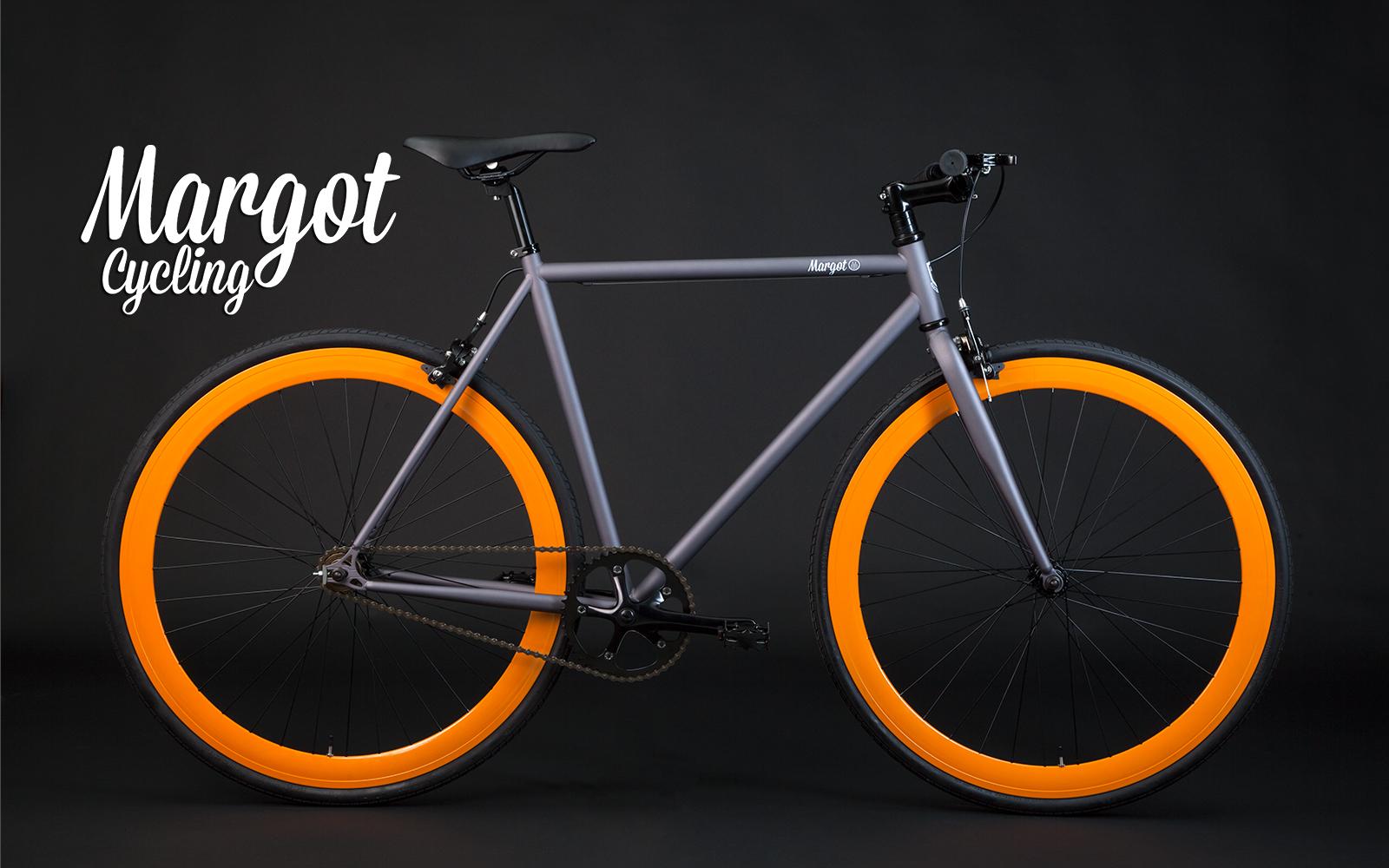 Bicicletta single speed in grigio canna di fucile e cerchi arancio. Al sole spiccano irresistibili riflessi bluette.