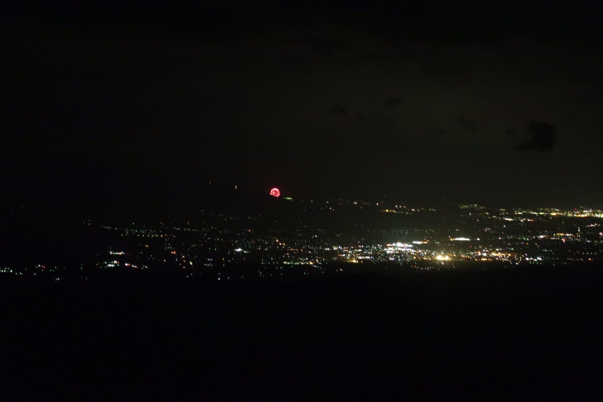 小屋から見た夜景と小さく花火