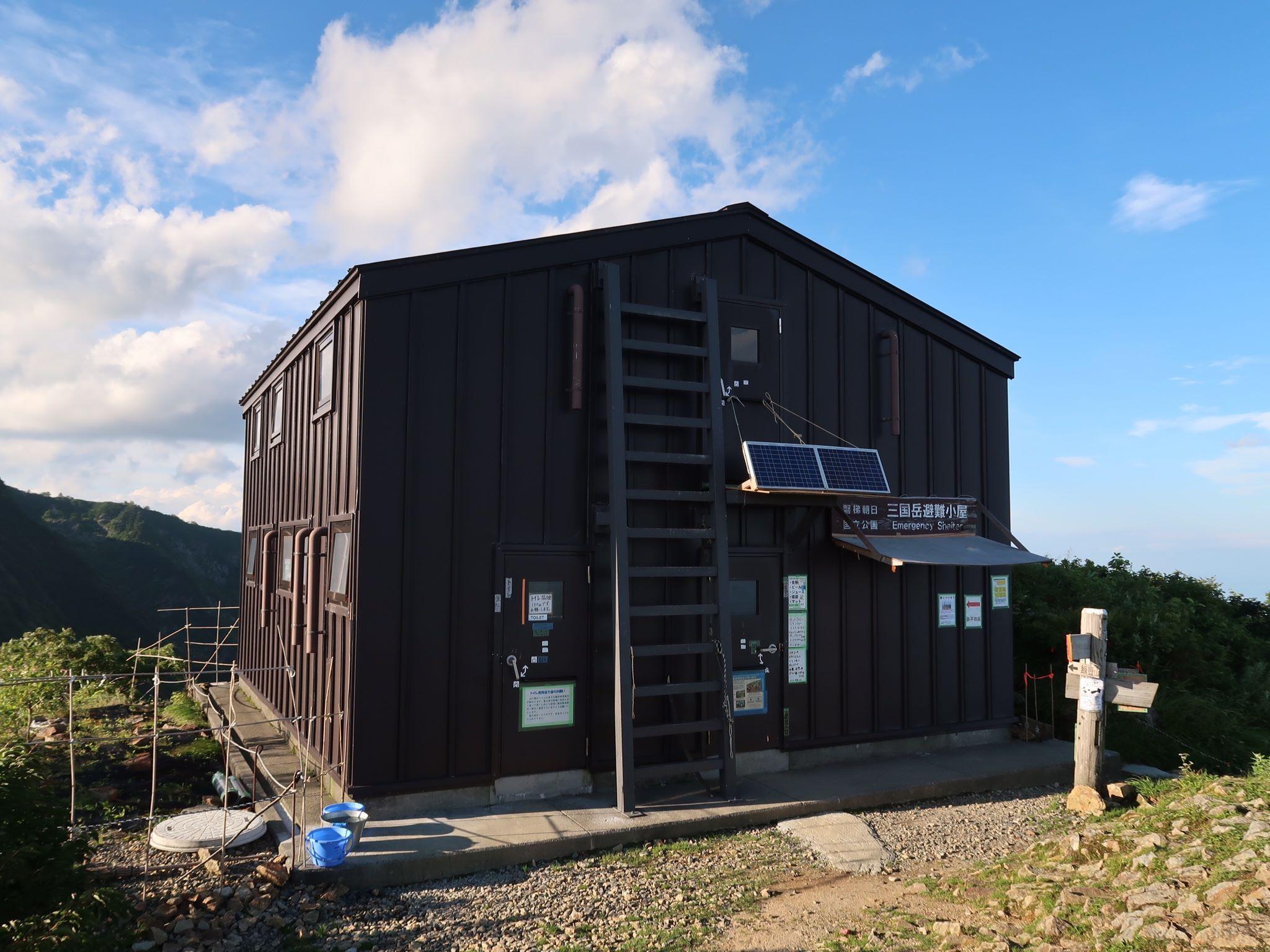宿泊した三国岳避難小屋