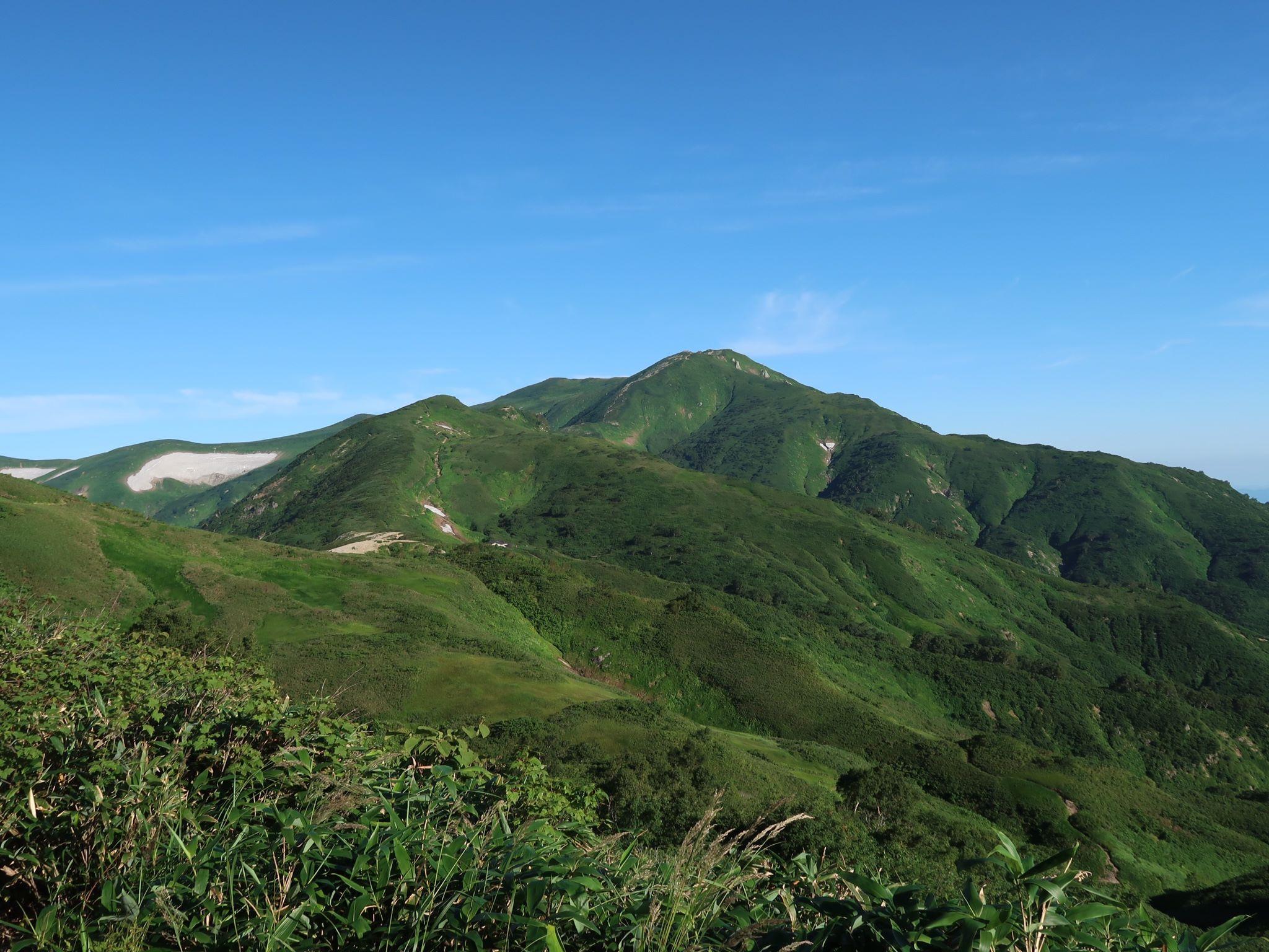 登山道から望む飯豊本山