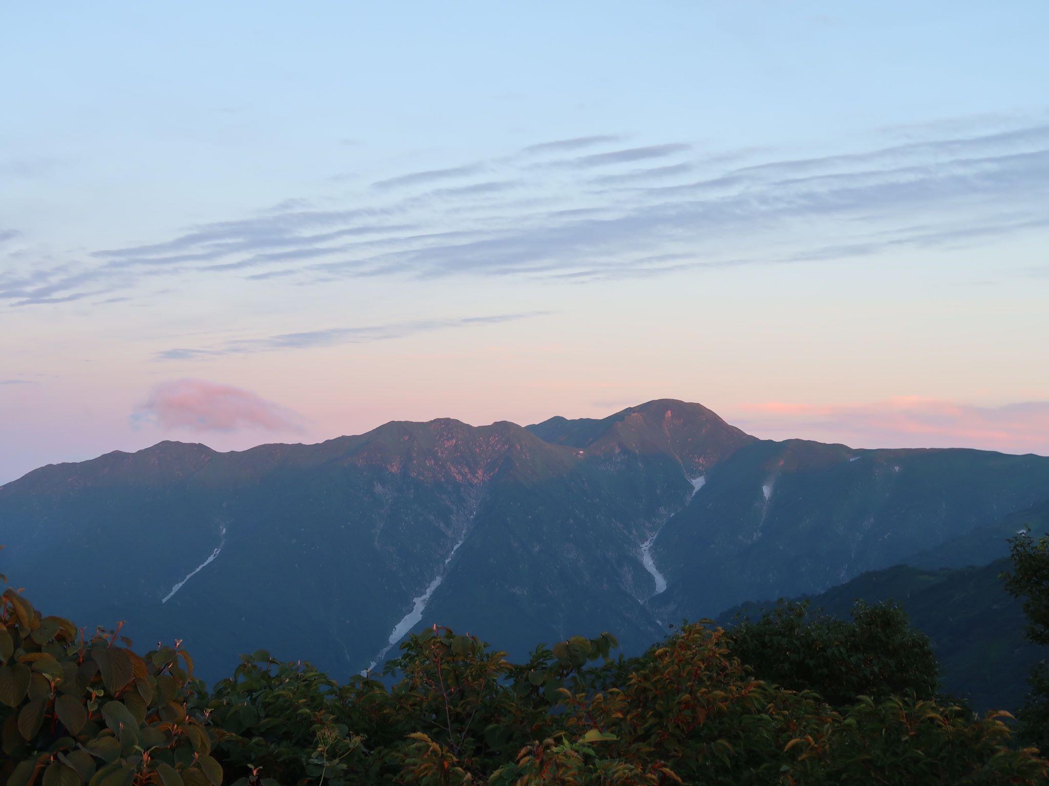 小屋から見た飯豊連峰のモルゲンロート