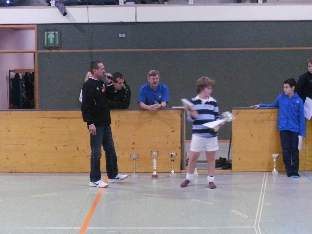 Pauli Neuböck erhält den Pokal