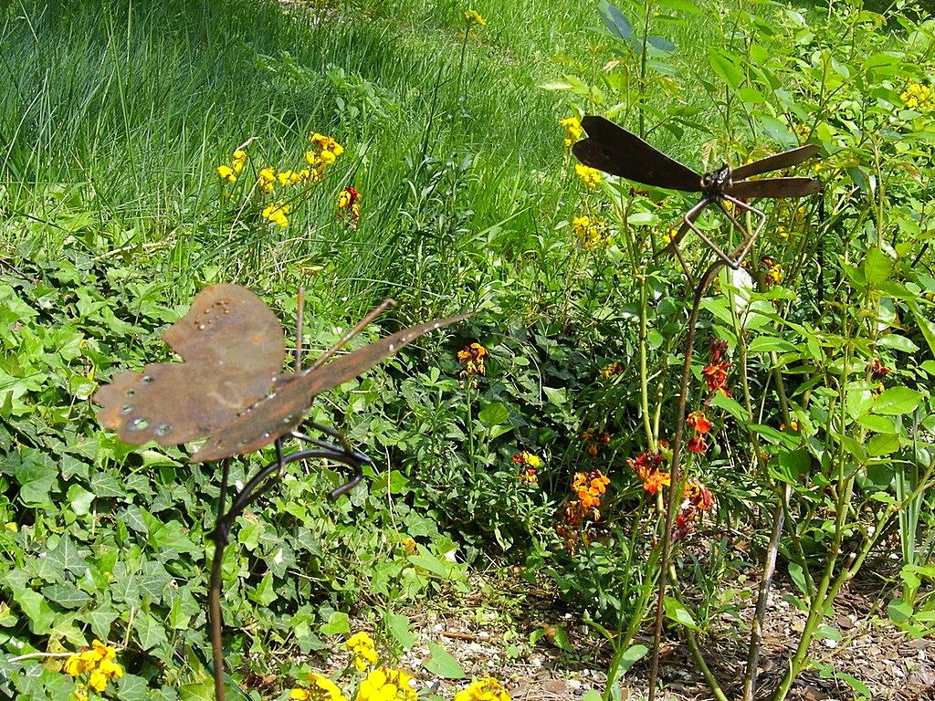 papillon et libellule: métal rouillé