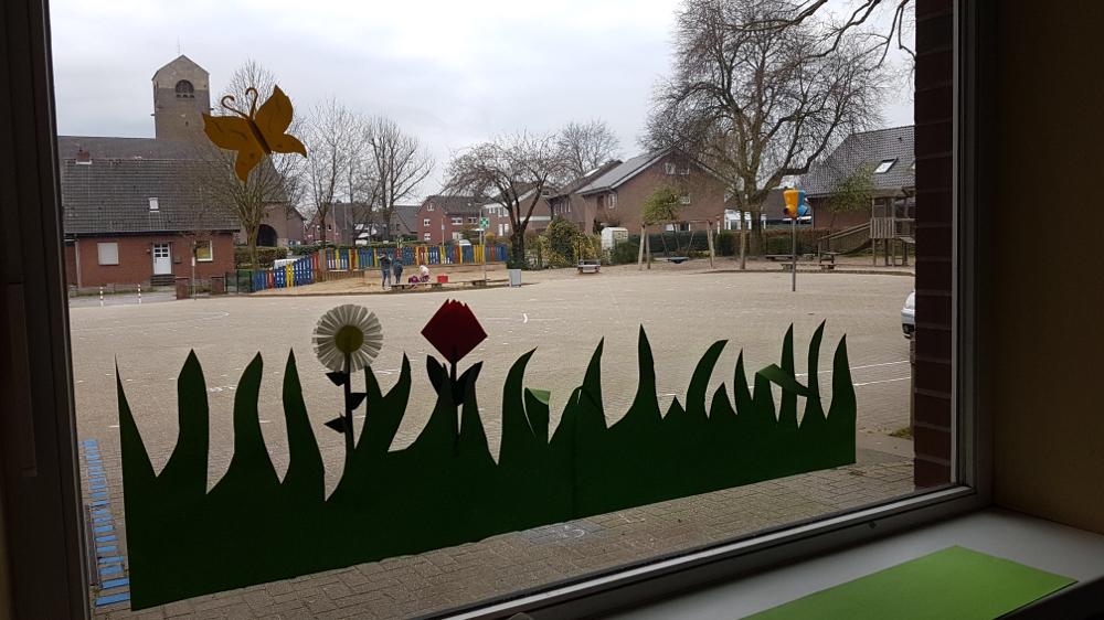 02.04.2020 Auf der Frühlingswiese wachsen die ersten Blumen. Auch ein Schmetterling flattert schon am Himmel.