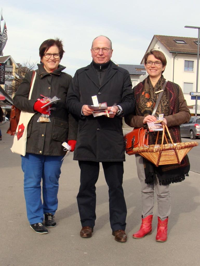 Trudi Schönenberger und Petra Kohler mit Fredy Fässler