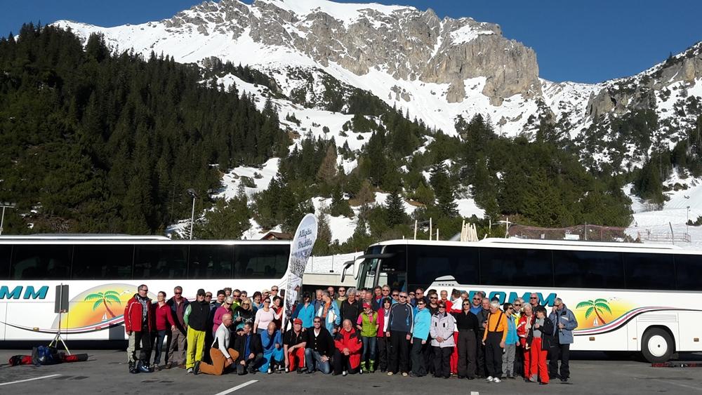 Gruppenbild mit Bussen