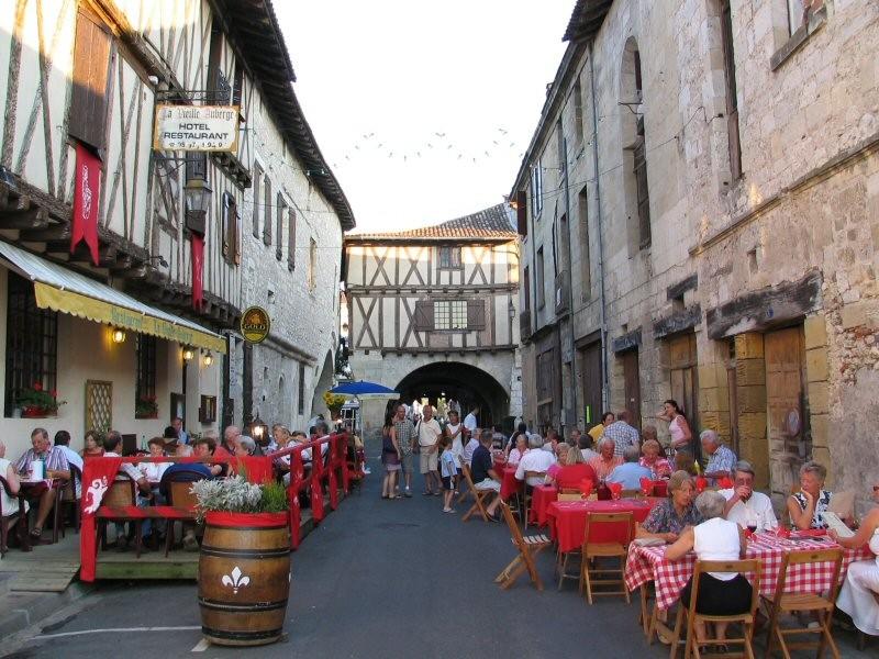 Eten in de straten van Sainte Foy la Grande